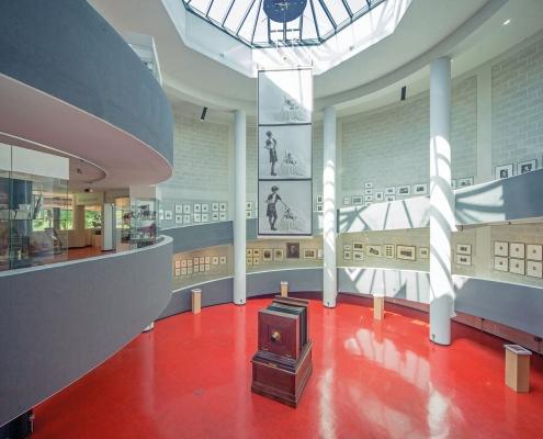 Blick in die Rotunde des Deutschen Fotomuseums mit der im Zentrum stehenden Reprokamera aus dem Jahr 1895